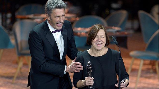 La película Cold War gana los principales Premios de Cine Europeo. En la foto, el director polaco Pawel Pawlikowski, con la productora Ewa Puszczynska, tras recibir el premio a la mejor película europea.
