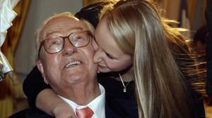Le Pen (izquierda) junto a su nieta Marion, en marzo del 2010.