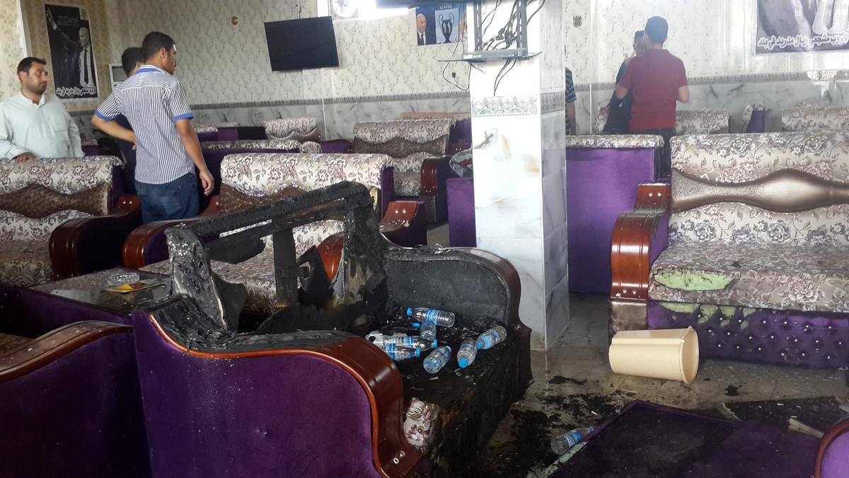 Charcos de sangre en el interior del local utilizado por los seguidores iraquís del Real Madrid en Balad.