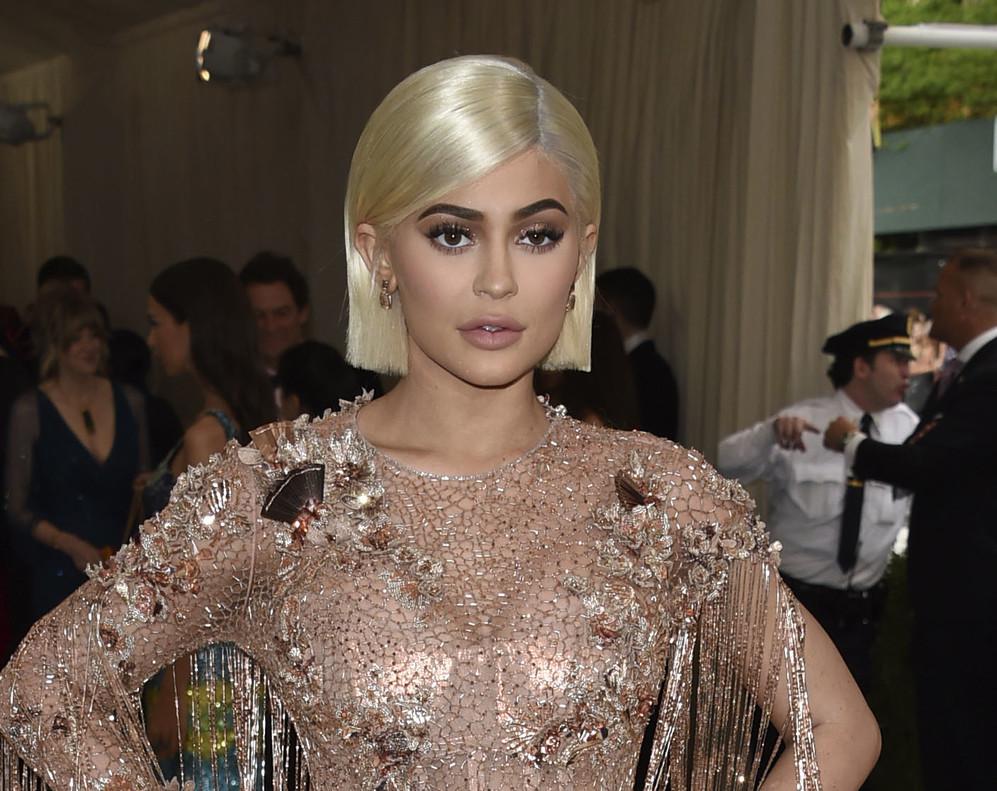 La pequeña del clan Kardashian, Kylie Jenner, ha sido madre de un niña que nació el pasado jueves.