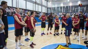 Pesic habla con sus jugadores en un entrenamiento en la Ciutat Esportiva