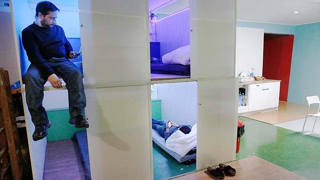 Dormint al primer pis rusc clandestí de Barcelona
