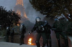 La policía lanza gases lacrimógenos para frenar los disturbios en la zona anexa a la fanzone de la Torre Eiffel.