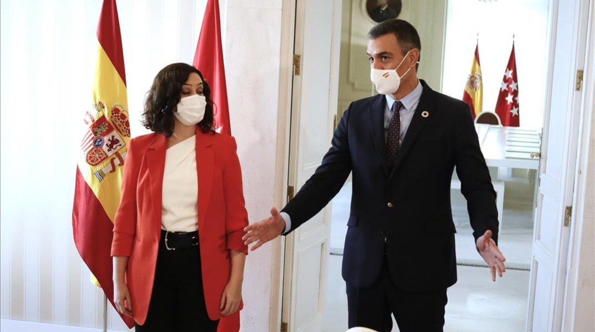 El presidente del Gobierno, Pedro Sánchez, con la jefa del Ejecutivo madrileño, Isabel Díaz Ayuso, en la sede del Gobierno autonómico, este 21 de septiembre.