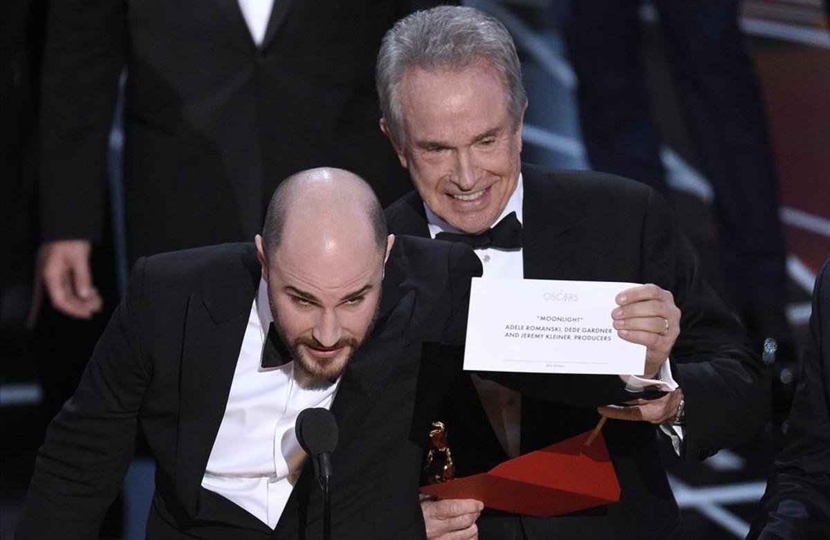 El productor de La La Land, Jordan Horowitz, y el actor Warren Beatty, que presentaba el Premio a Mejor Película en los Oscar, con el sobre correcto que daba como ganadora a Moonlight.