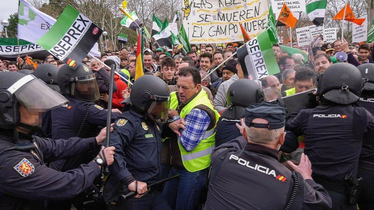 La Policía Nacional carga durante una protesta de agricultores en Don Benito (Extremadura).