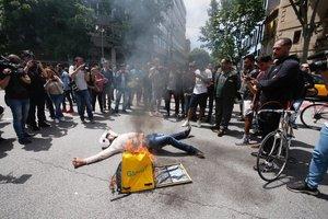 Protesta de trabajadores de Glovo frente a la sede de la empresa en Barcelona.