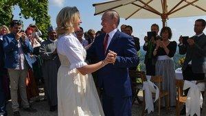 El presidente ruso, Vladimir Putin, baila con la ministra de Exteriores de Austria,Karin Kneissl, en la boda de esta última el pasado mes de agosto.