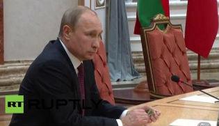 Vídeo en que se ve el lápiz verde que tenía Putin al principio de la reunión y cómo, horas más tarde,estároto.
