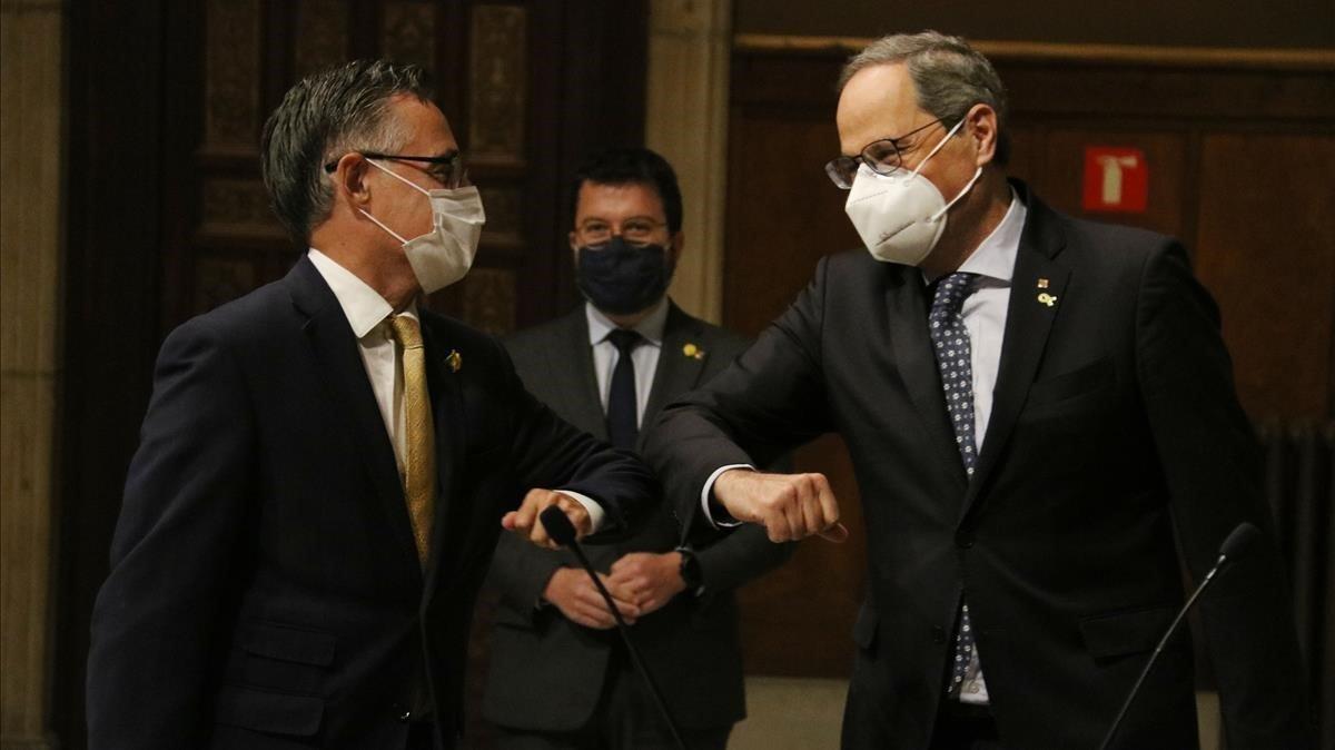 Quim Torra y Ramon Tremosa, en presencia de Pere Aragonès, en la toma de posesión del nuevo 'conseller' de Empresa