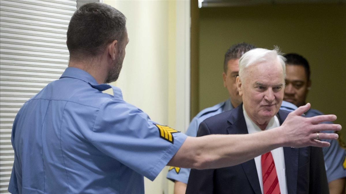 Ratko Mladicaccede a la sala para asistir al anuncio del veredicto del Tribunal Penal Internacional para la antigua Yugoslavia TPIY en La Haya.