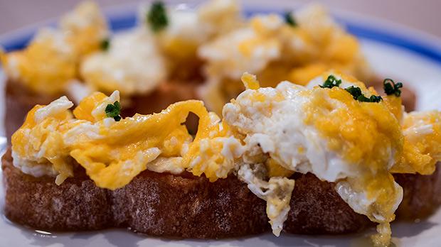 Dani Roca, chef de Barra Alta,enseña a preparar un revuelto de huevo y pan con tomate.