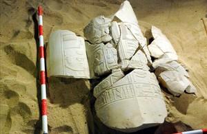 Restos de columnas de un mausoleo con inscripciones jeroglíficas, hallados en la zona de Al Asasif, en la provincia meridional de Luxor (Egipto).