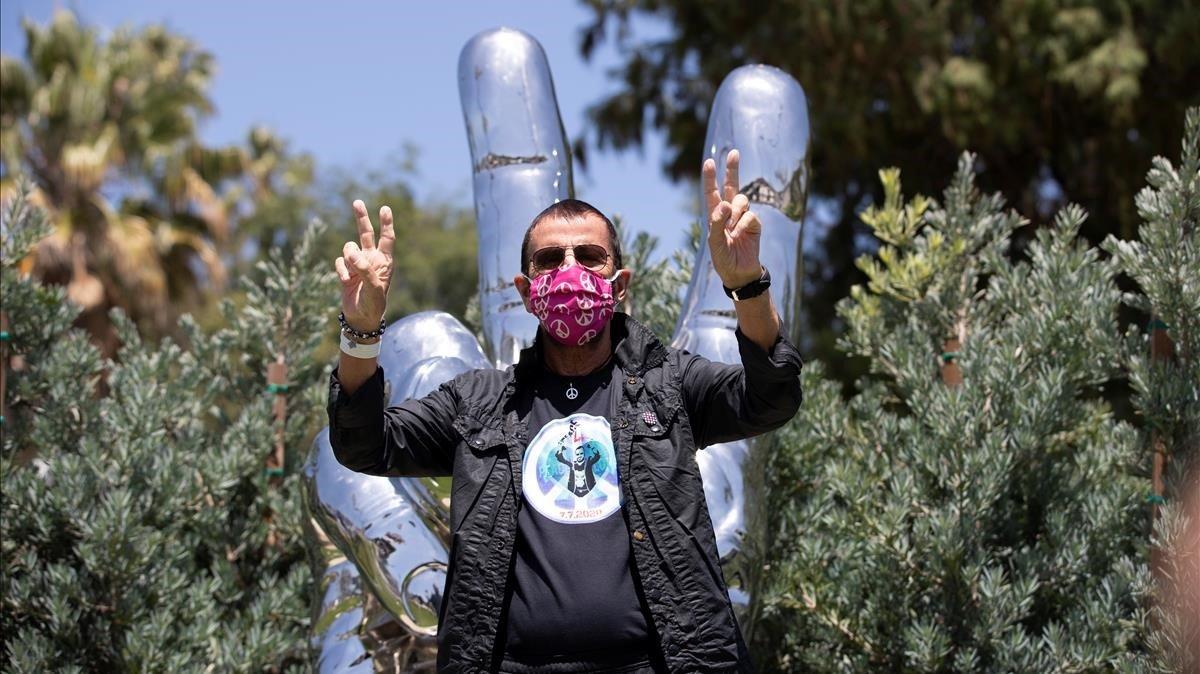 Ringo Starr posa frente a su escultura para celebrar su 80 cumpleaños en Beverly Hills.