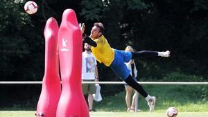 Roberto vuela para atajar un balón en un entrenamiento en la Garrotxa.