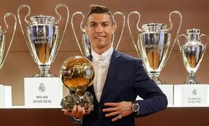 Ronaldo posa con su cuarto Balón de Oro.