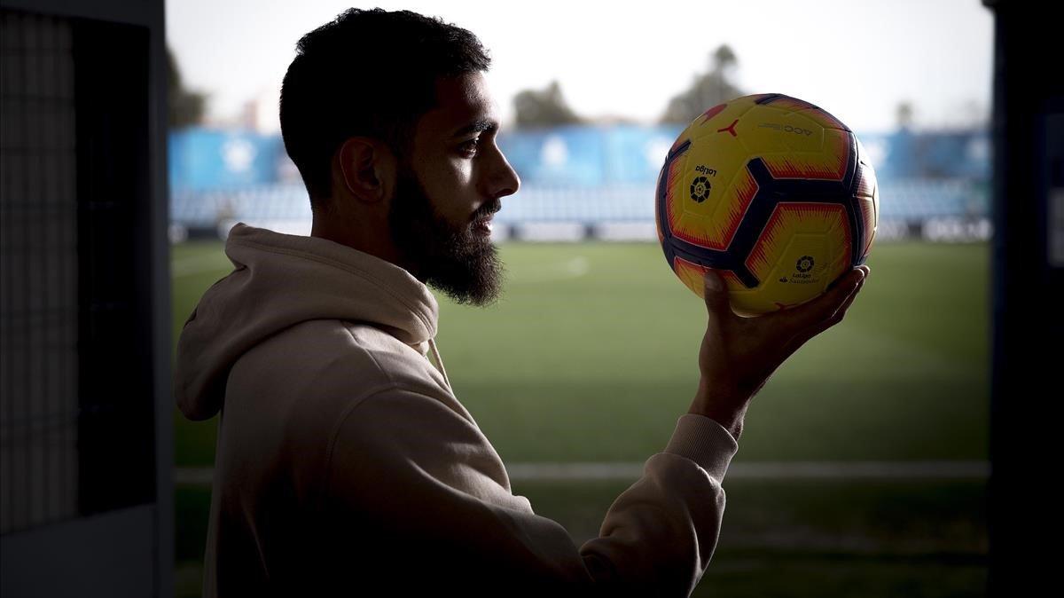 Borja Iglesias posa para EL PERIÓDICO en la ciudad deportiva Dani Jarque.