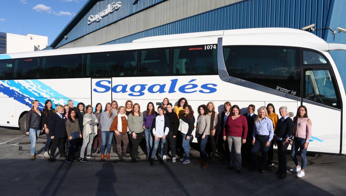 Grupo de trabajadoras de la empresa de autobuses Sagalés.