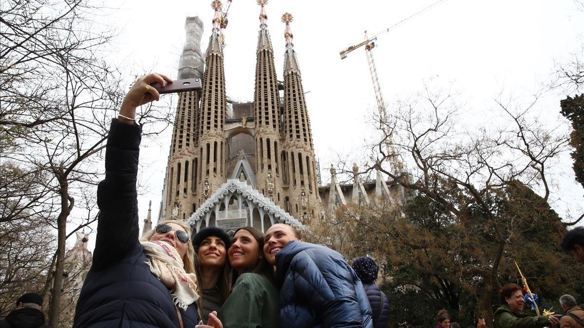 Turistas en la Sagrada Familia.