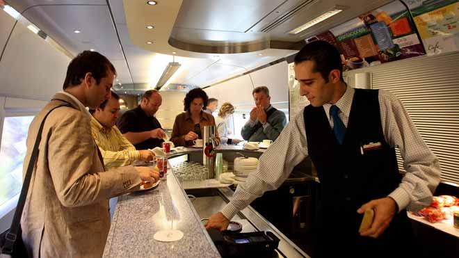 Un camarero de un tren AVE. El salario medio recorta su poder adquisitivo en 469 euros anuales.