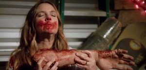La actriz Drew Barrymore, en una desagradable escena de la comedia negra de Netlix Santa Clarita Diet.