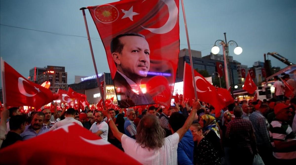 Un seguidor de Erdogan sostiene una bandera con una imagen del presidente turco, en una marcha progubernamental, en Ankara, el 20 de julio.