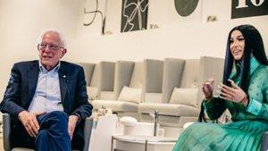 El senador Bernie Sanders conversa con la rapera Cardi B en su primer encuentro este lunes.