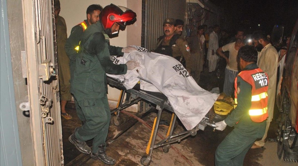 Servicios de emergencia retiran el cadáver de una víctima