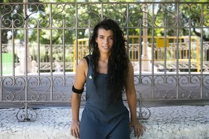 Sheila Mesas, una de las vocalistas de Maruja Limón, en la glorieta del parque de la Ciutadella donde decidió crear el grupo con sus compañeras.