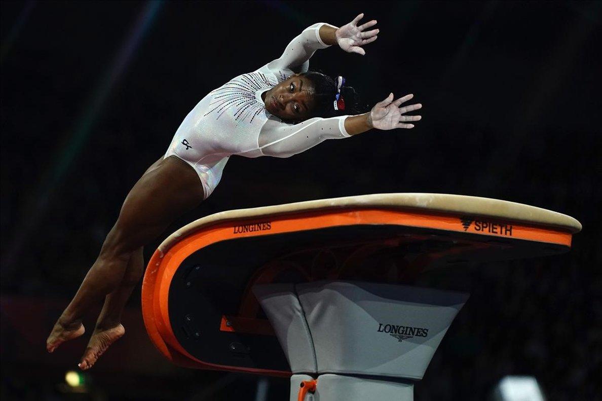 Simone Biles en el concurso del salto de potro en la final individual del Mundial