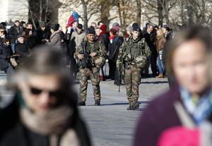 Soldados patrullan en los alrededores de la catedral de Notre Dame, en París.