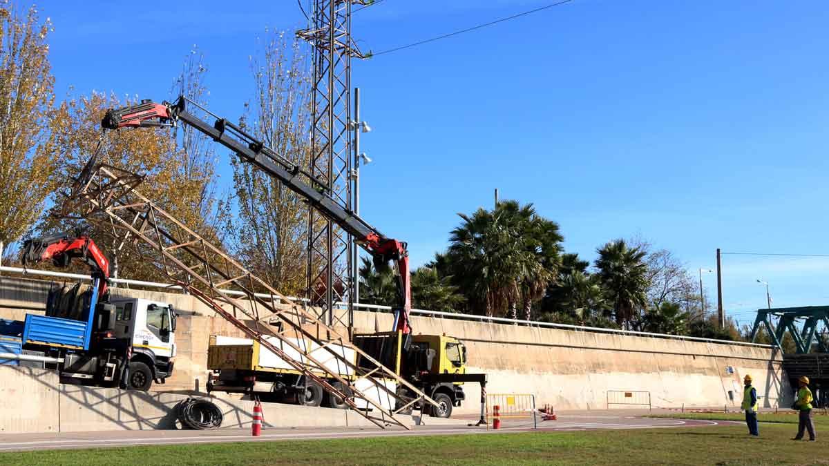 Tareas de desmantelamiento de una de las torres de media tensión de Sant Adrià del Besòs.