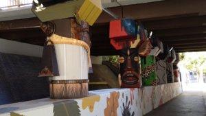 Los tótems creados por el colectivoLa Tonal'h, en el puente de la Riera Blanca.