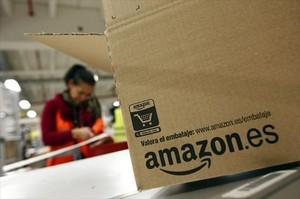 Un trabajador empaqueta un pedido de Amazon en una de los almacenes logísticos de la multinacional.