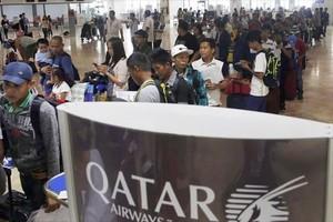 Trabajadores filipinos, a la espera de poder viajar a Qatar.