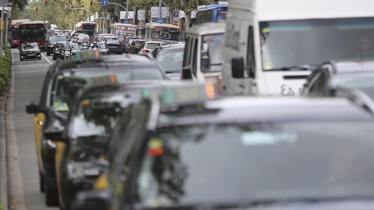 Tráfico intenso en la avenida Diagonal deBarcelona.