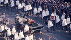 Traslado del féretro de Franco hacia el Valle de los Caídos, el 23 de noviembre de 1975.