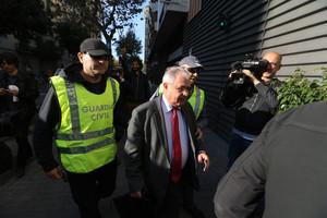 El tresorer de CDC, Andreu Viloca, a l'entrar a la seu del partit, escortat per agents de la Guàrdia Civil.