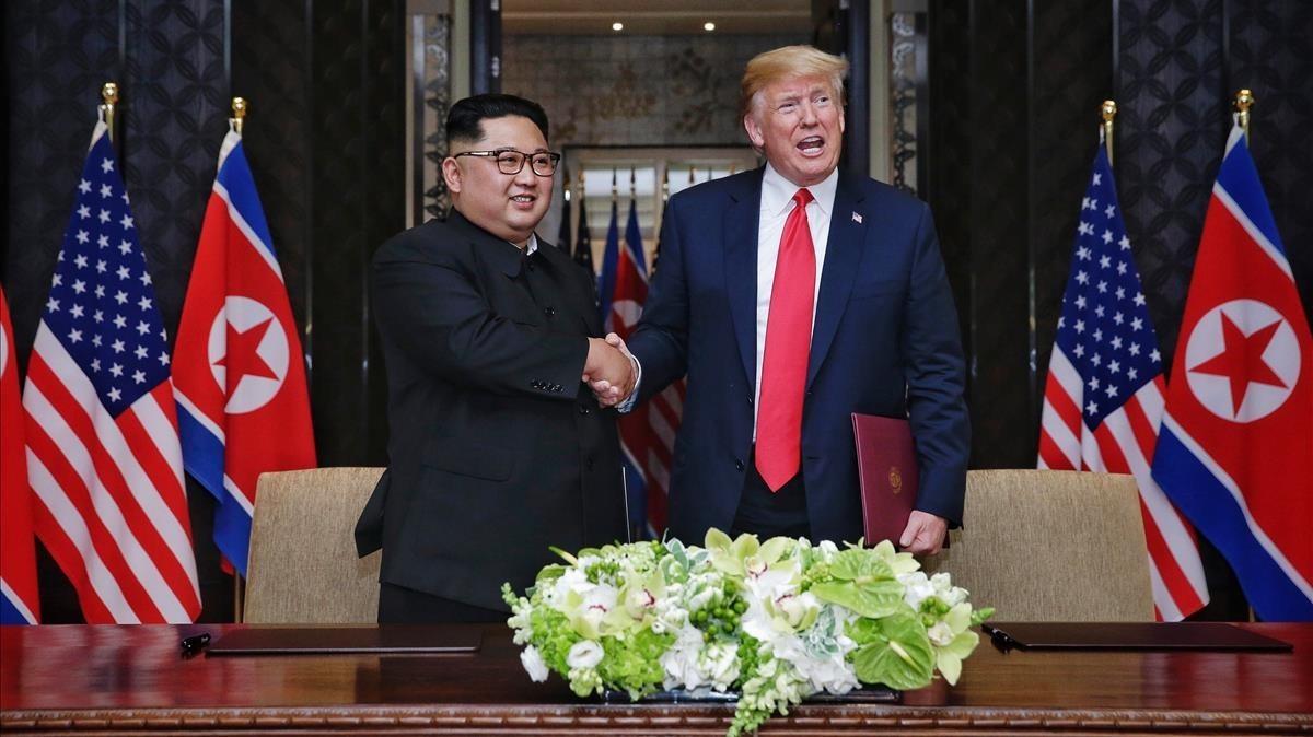 El presidente estadounidense, DonaldTrump,y el líder norcoreano,Kim Jong-un, se estrechan la mano tras firmar una declaracion conjunta.
