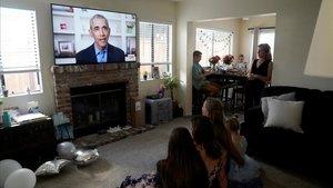 Una familia y amigos de San Diego escuchan el discurso de Obama duranteagraduación de estudiantes de varias universidades de Estados Unidos.