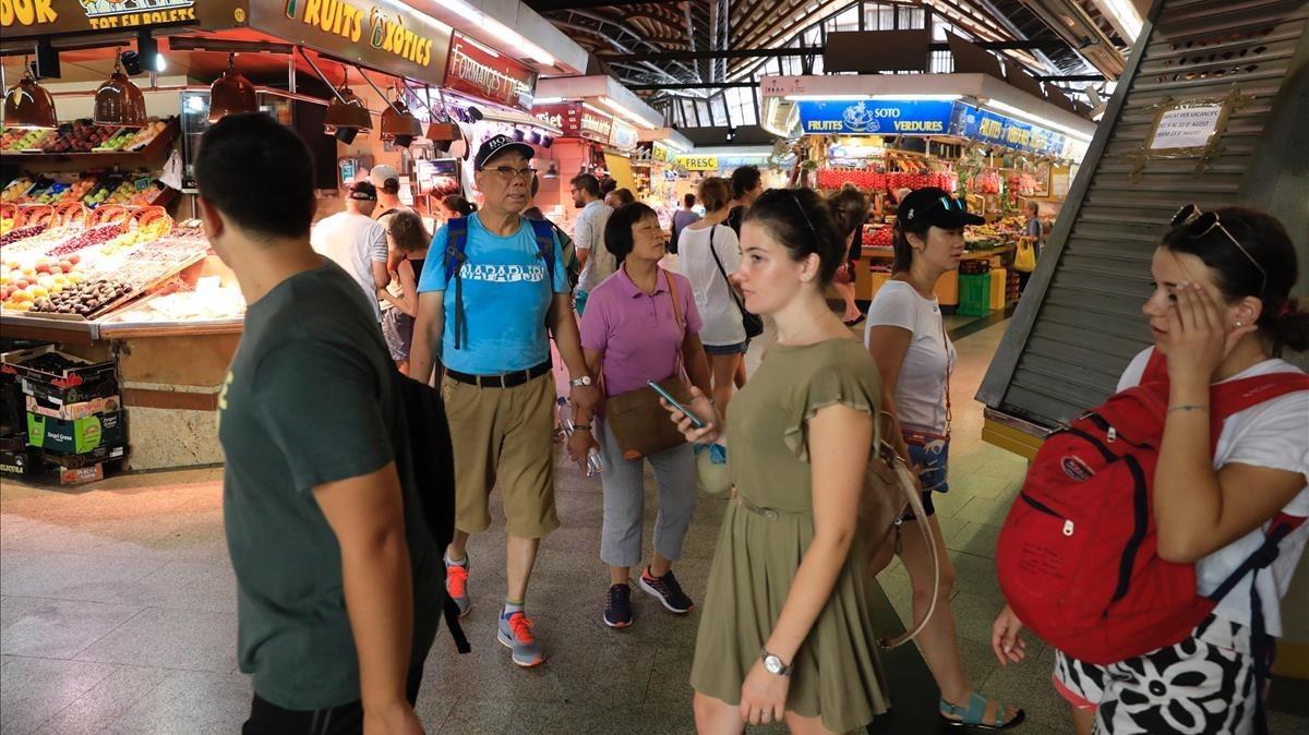 Turistas en el Mercat de Santa Caterina.