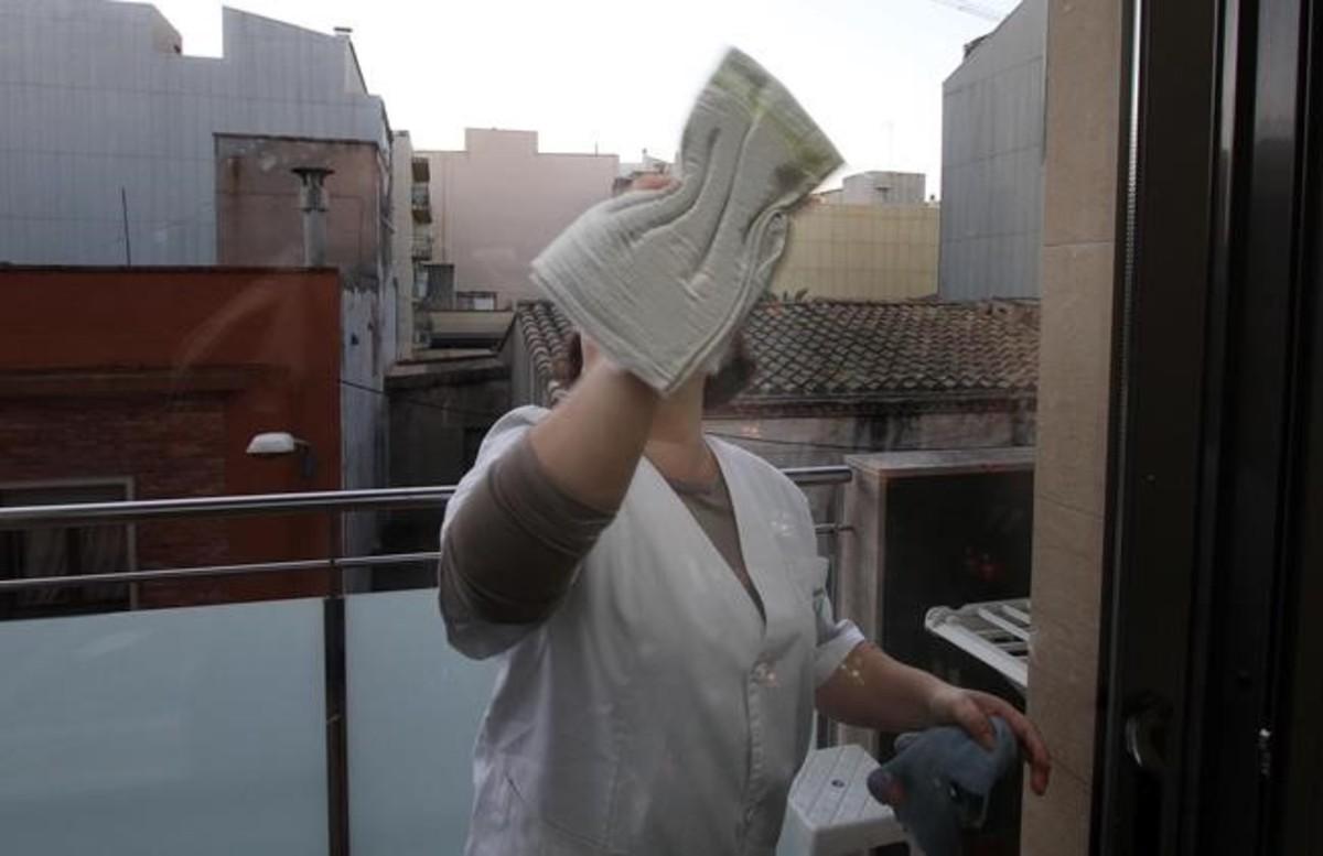 Una empleada del servicio doméstico en Figueres.