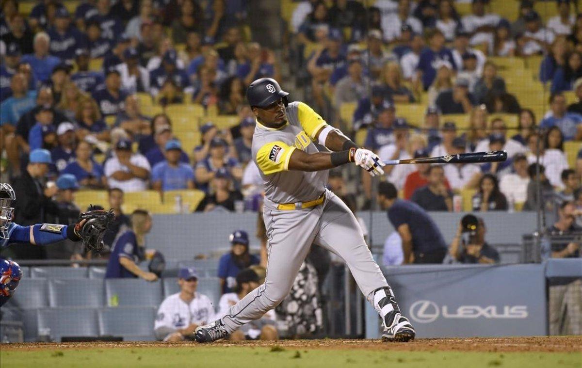 Franmil Reyes, de los Padres de San Diego, batea en la novena entrada mientras se enfrenta a Kenley Jansen de los Dodgers de Los Angeles en el Dodger Stadium.