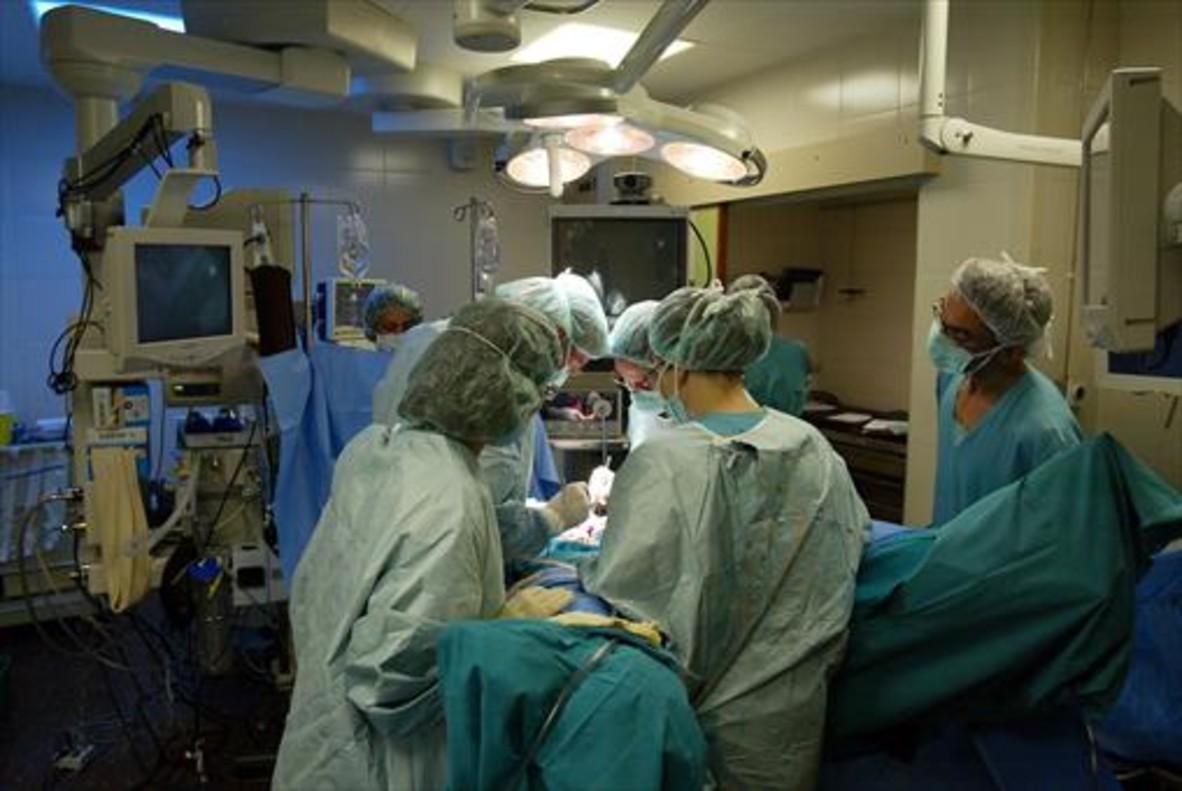 Una intervención quirúrgica de cáncer en el Hospital Clínic de Barcelona.