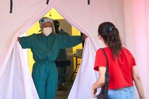 Una joven se dirige a la carpa donde realizan test masivos en Terrassa, el viernes.