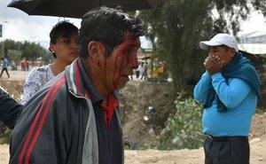 BOL11 COCHABAMBA (BOLIVIA).- 06/11/2019.- Un hombre sale herido cuando grupos de manifestantes se enfrentan entre si este miércoles en Cochabamba (Bolivia). La ciudad boliviana de Cochabamba, una de las principales urbes del país, registra este miércoles choques entre partidarios y detractores del presidente de Bolivia, Evo Morales, que se prolongan durante varias horas. EFE/Jorge Ábrego