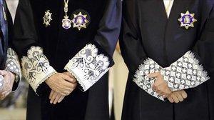 Detalle de las puñetas de las togas de dos magistrados del Tribunal Supremo.