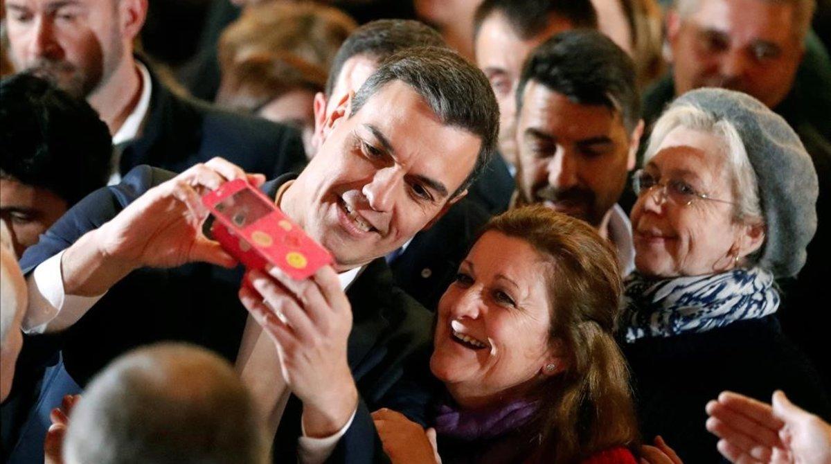 Pedro Sánchez hace un 'selfie' con una simpatizante socialista en Gijón, el pasado miércoles.