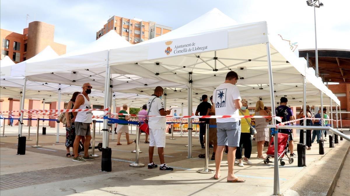 Vecinos de Cornellà de Llobregat haciendo cola para hacerse una prueba PCR.