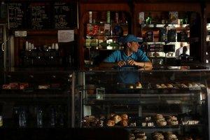 Un pequeño negocio intenta trabajar en medio del apagón en Venezuela.
